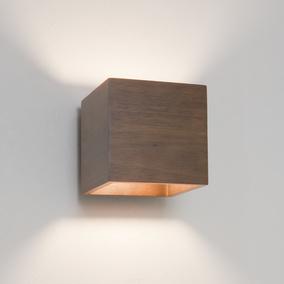 Wandleuchte aus Holz an der Wand im Flur
