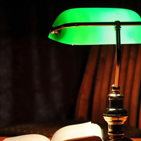 Klassische Tischleuchte mit grünem Glasschirm